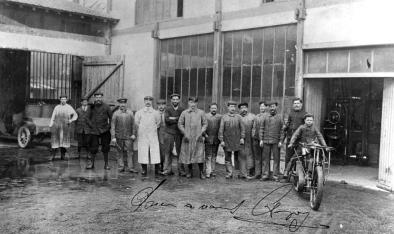 A proud Anzani (centre with his hands in his pockets) with his employees at Asnieres. (http://zhumoriste.over-blog.com)